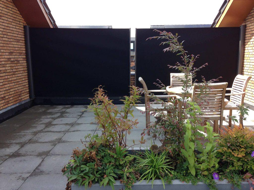 windscherm balkon met zwart privacydoek.