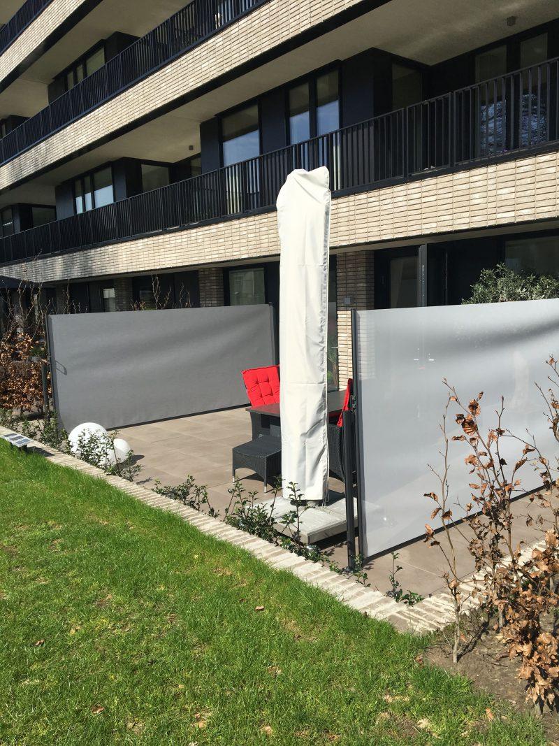 terras-windscherm-combinatie privacy en winddoek-kleuren gemêleerd grijs en steengrijs