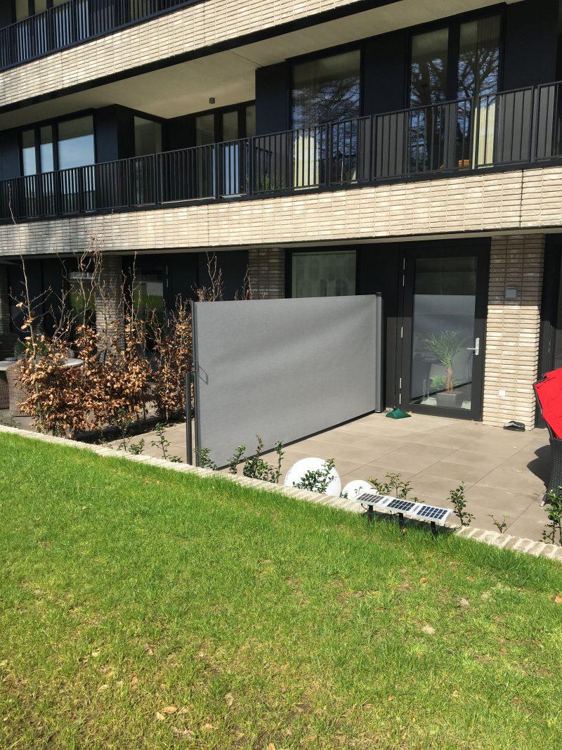 terras-windscherm-privacydoek-gemêleerd grijs vrijstaande situatie.