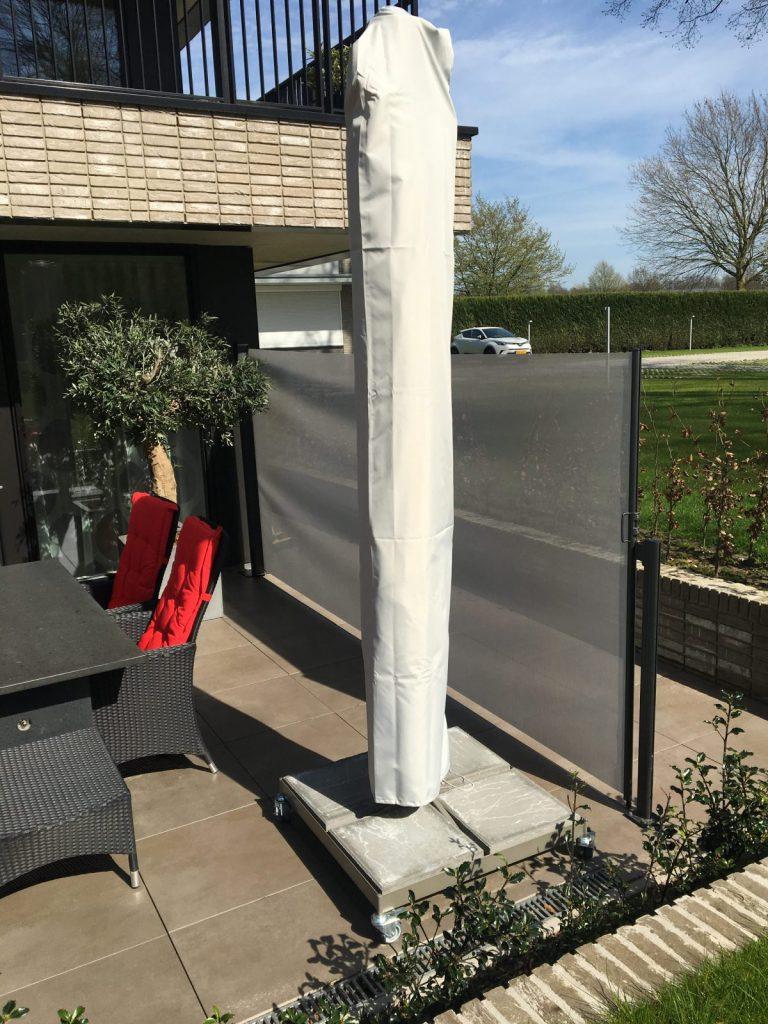 terras-windscherm-winddoek-steengrijs- vrijstaand op tegel